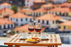 Madeiravin, kaffe och sötsaker med sikt till Funchal, madeira, Portugal royaltyfri fotografi