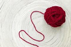 Madeja rojo oscuro de lanas Foto de archivo libre de regalías