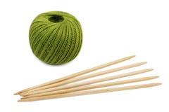 Madeja verde y agujas que hacen punto imagen de archivo