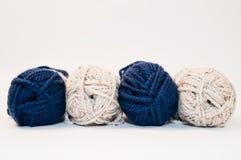 Madejas azules y blancas del hilado Imagenes de archivo