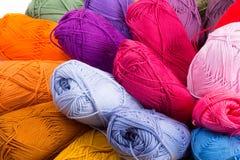 Madejas coloridas del hilado Imágenes de archivo libres de regalías