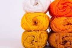 Madejas coloridas del hilado Fotografía de archivo
