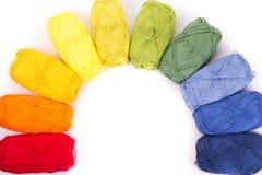 Madejas coloridas del hilado aisladas en blanco Imagen de archivo