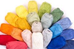 Madejas coloridas del hilado aisladas en blanco Fotografía de archivo