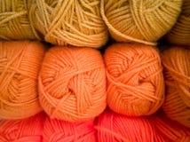 Madejas con diversos colores de los hilos para hacer punto, para la costura fotos de archivo libres de regalías