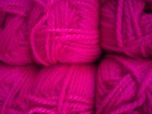 Madejas con diversos colores de los hilos para hacer punto, para la costura foto de archivo