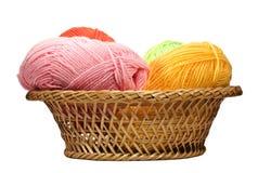 Madejas de lanas en la cesta Imágenes de archivo libres de regalías