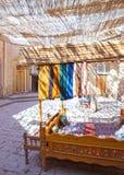 Madejas de los hilos para la producción de trabajo hecho a mano tradicional en el pequeño bazar, Khiva, Uzbekistán del Uzbek fotos de archivo libres de regalías