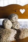 Madejas y afgano del hilado en el banco de madera Fotos de archivo