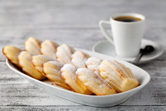 Madeleine é uma cookie/bolo franceses feito da manteiga, dos ovos, e do flou Fotos de Stock