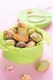 Madeleine Cookies in een groene doos. Stock Foto's
