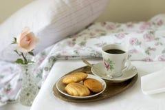 Madeleine, met koffie wordt gediend die Traditionele Franse gebakjes Romantische ontbijtstijl ryustik, selectieve nadruk royalty-vrije stock afbeeldingen