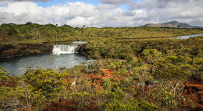 Madeleine Waterfall söder av stora Terre, Nya Kaledonien Arkivfoton