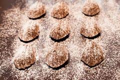 Madeleines σοκολάτας που βρίσκονται σε μια πετσέτα στον παλαιό πίνακα Στοκ Φωτογραφία