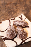 Madeleines σοκολάτας που βρίσκονται σε μια πετσέτα στον παλαιό πίνακα Στοκ Εικόνες