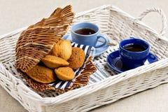 Madeleines de pâtisseries françaises de petit déjeuner avec la tasse de café photographie stock libre de droits