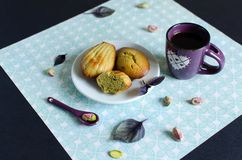 Madeleines del pistacchio sul piatto bianco fotografie stock