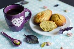 Madeleines del pistacchio sul piatto bianco fotografie stock libere da diritti
