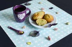 Madeleines del pistacchio sul piatto bianco fotografia stock