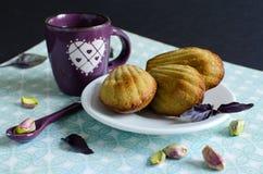 Madeleines del pistacchio sul piatto bianco immagini stock libere da diritti