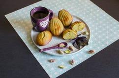 Madeleines del pistacchio sul piatto bianco immagini stock