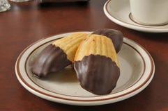 Madeleines die in chocolade wordt ondergedompeld royalty-vrije stock foto's