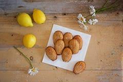 Madeleines faits maison doux français de pâtisserie avec le zeste de citron Photos stock
