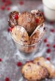 Madeleines kakor med redcurranten i ett exponeringsglas Royaltyfri Foto