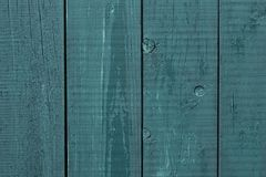 madera áspera de la cerca de madera Gris-azul Pintura agrietada de la cerca de madera Los tableros de madera ásperos pintaron gri foto de archivo