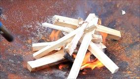 Madera ardiente del arrancador de fuego almacen de metraje de vídeo