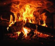 Madera ardiente en el horno del pueblo foto de archivo libre de regalías