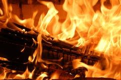 Madera ardiente en la chimenea Imagen de archivo