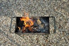 Madera ardiente en la parrilla Fotos de archivo