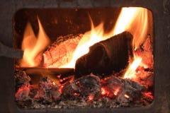 Madera ardiente en un horno, primer imagenes de archivo