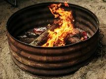 Madera ardiente en un hoyo del fuego Fotografía de archivo libre de regalías