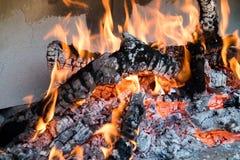 Madera ardiente para obtener el carbono foto de archivo libre de regalías