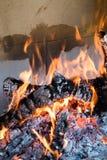 Madera ardiente para obtener el carbono fotos de archivo libres de regalías