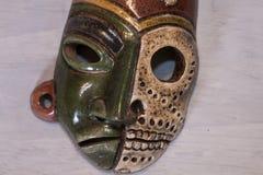 Madera azteca maya mexicana y máscara de cerámica imagen de archivo libre de regalías