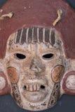 Madera azteca maya mexicana y máscara de cerámica imagenes de archivo