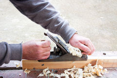 Madera de cepillado del carpintero Fotografía de archivo libre de regalías