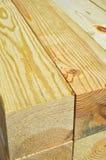 Madera de construcción apilada del árbol de pino Fotografía de archivo
