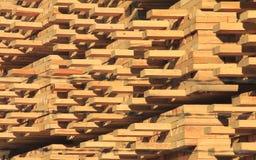 Madera de construcción manufacturada apilada cuidadosamente Imagenes de archivo