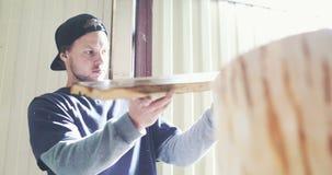 Madera de examen del carpintero joven almacen de video