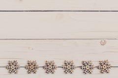 Madera de la decoración de la Navidad en de madera blanco Adorna la Navidad d Fotos de archivo