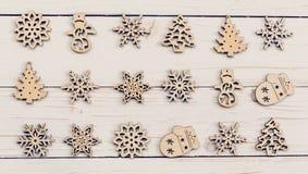 Madera de la decoración de la Navidad en de madera blanco Adorna la Navidad d Imágenes de archivo libres de regalías