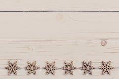Madera de la decoración de la Navidad en de madera blanco Adorna la Navidad d Imagen de archivo libre de regalías
