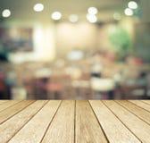 Madera de la perspectiva sobre restaurante borroso con el fondo del bokeh Imágenes de archivo libres de regalías