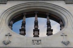Madera de la piedra de la ventana de la iglesia foto de archivo libre de regalías
