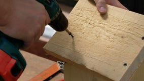 Madera de perforaci?n del carpintero usando la perforadora port?til Destornillador o taladro de la bater?a almacen de metraje de vídeo