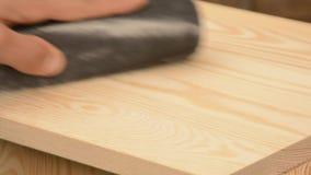 Madera de pino de la mano del hombre que enarena almacen de metraje de vídeo